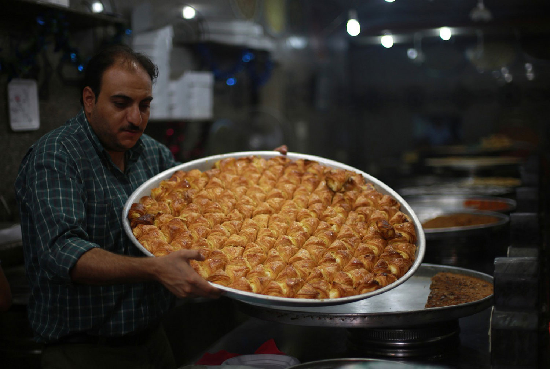 поднос с арабскими сладостями