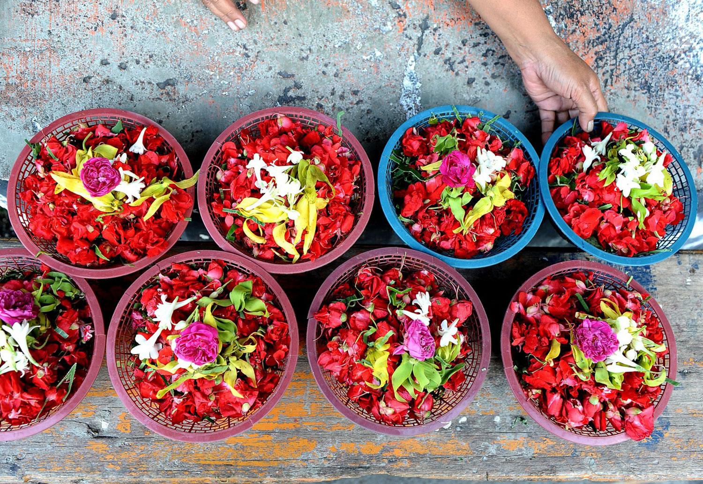 цветочные лепестки в корзинах