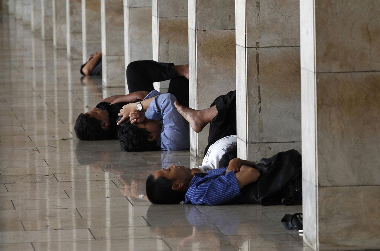 мусульмане отдыхают в мечети