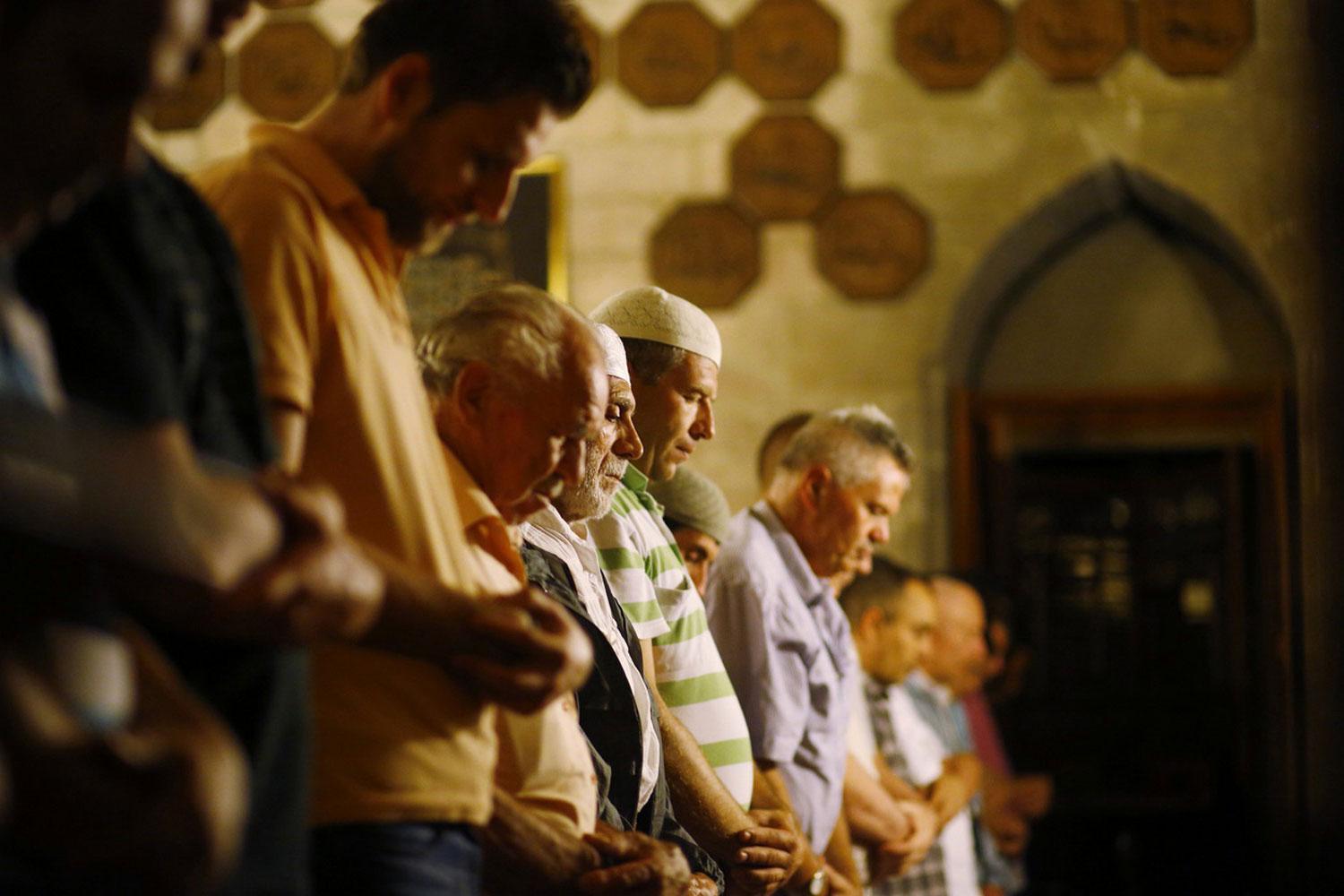 мусульмане молятся в Рамадан