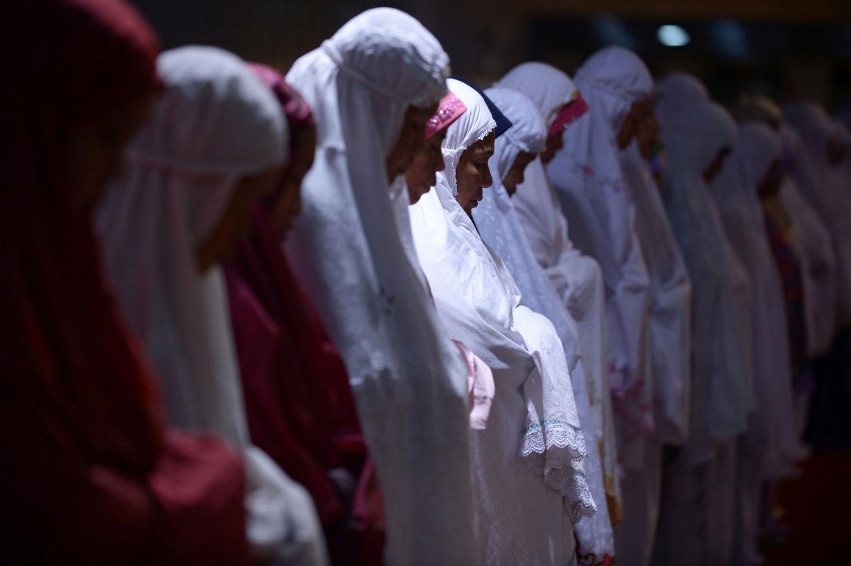 женщины за молитвой в мечети Истикляль
