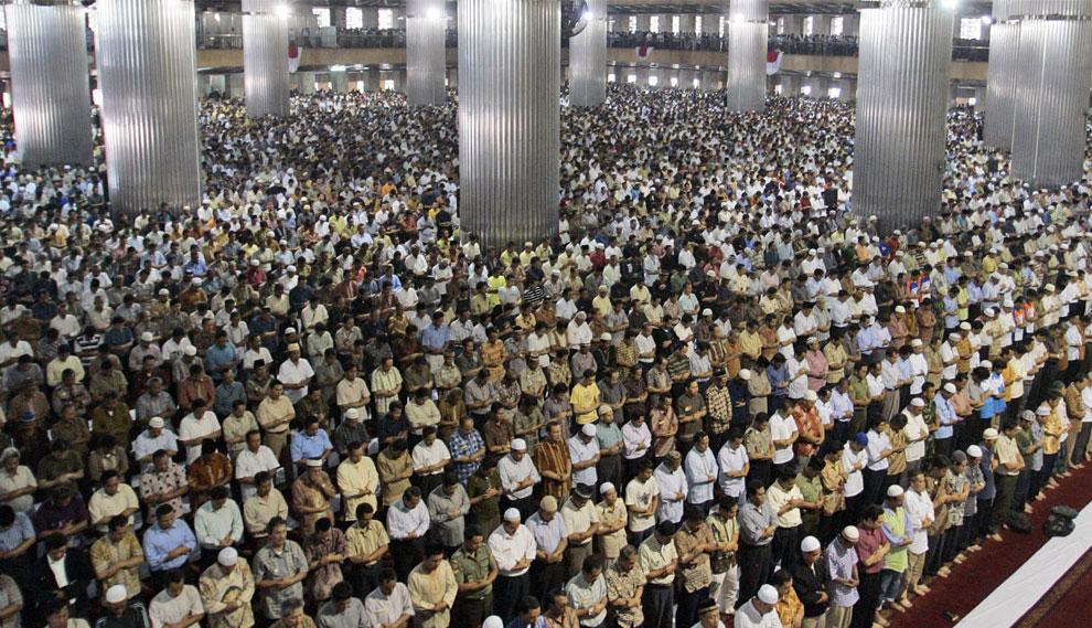 пятничные молитвы в мечети Истикляль, Индонезия, фото