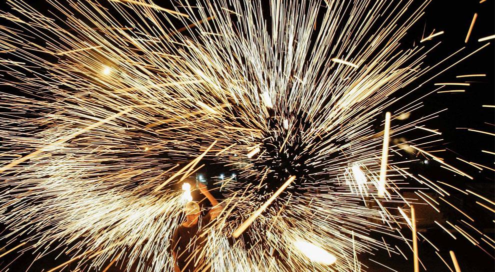 самодельный бенгальский огонь во второй день Рамадана, фото