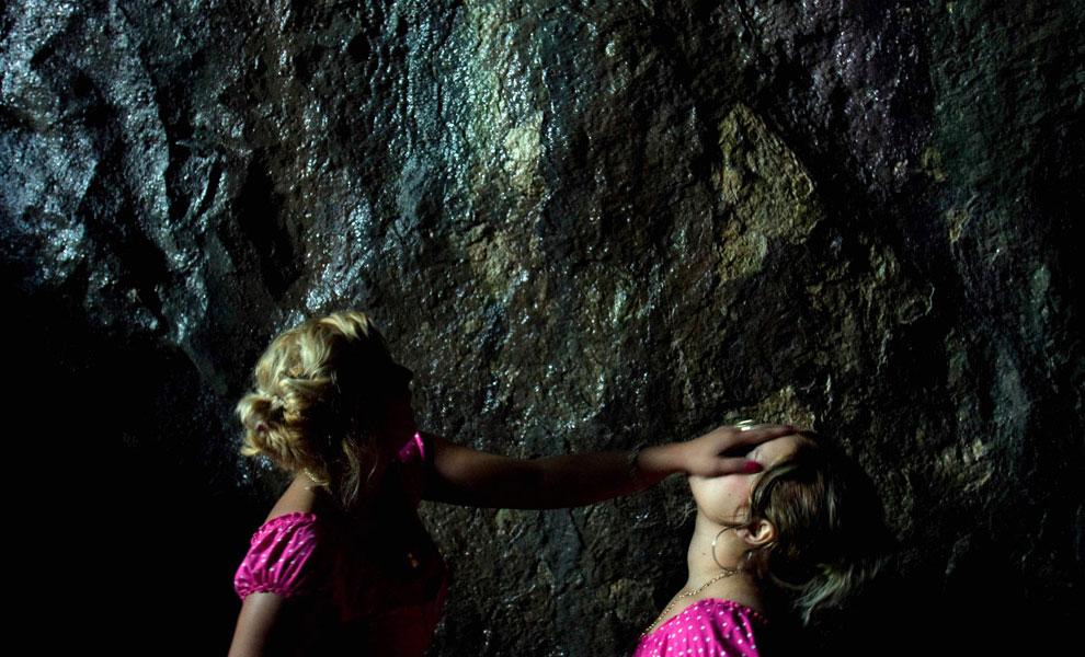 омывание священной водой в пещере, фото