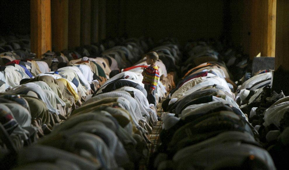 Кашмирские мусульмане молятся в мечети Джами в Рамадан, фото
