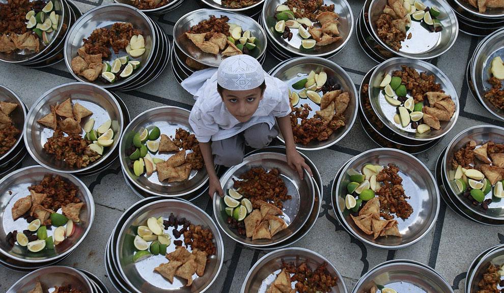Ребенок готовит еду для ифтара в Рамадан, фото