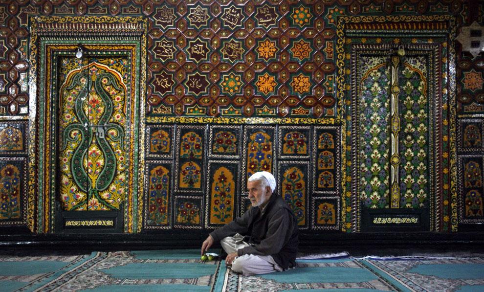 человек отдыхает после молитвы в храме, Рамадан, фото