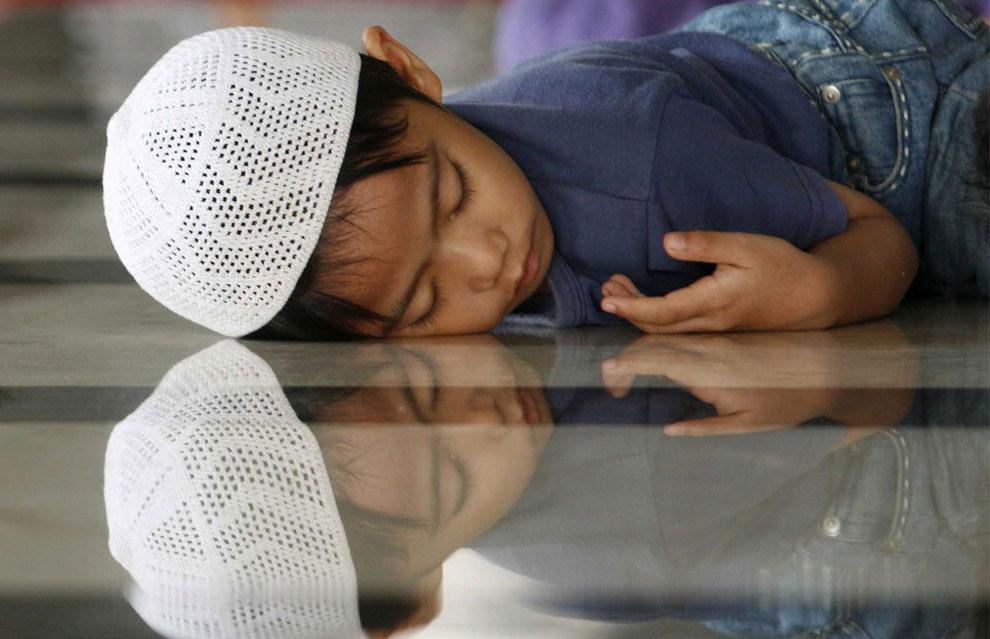 ребенок заснул в мечети в ожидании поста, фото
