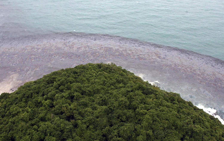 разлив нефти у острова