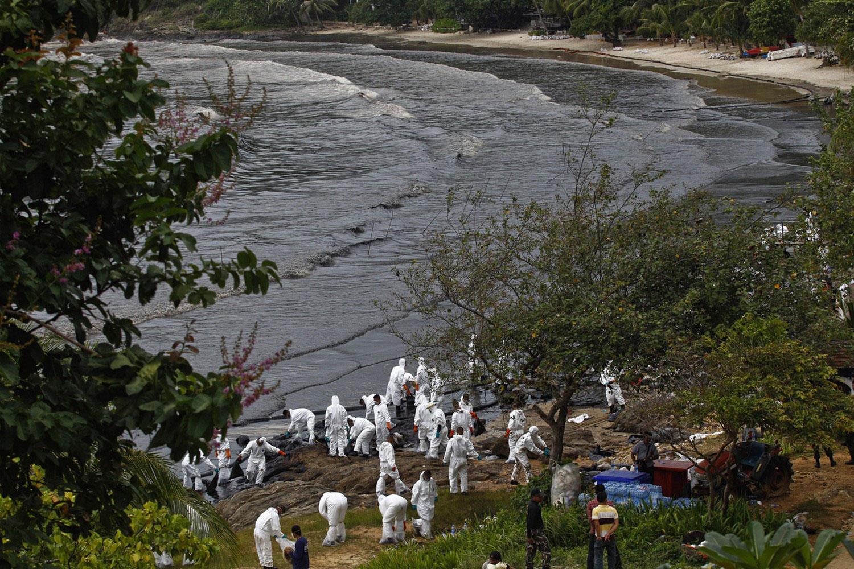 солдаты очищают пляж Ао Прао