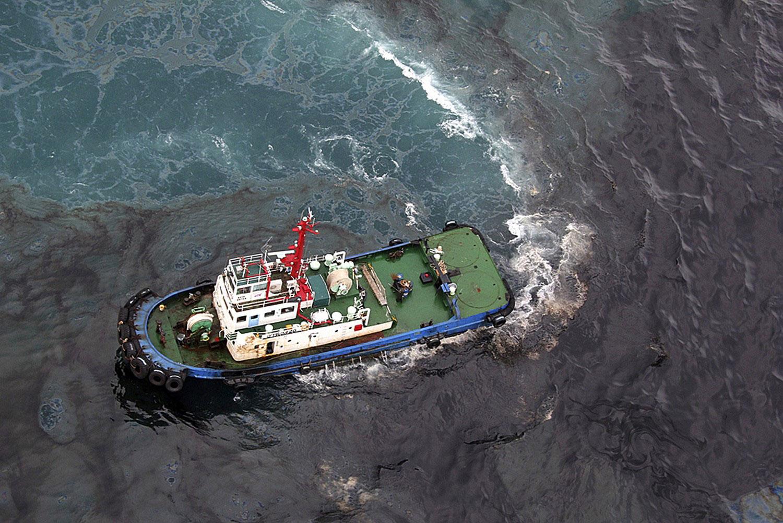 Судно за очисткой воды от нефти
