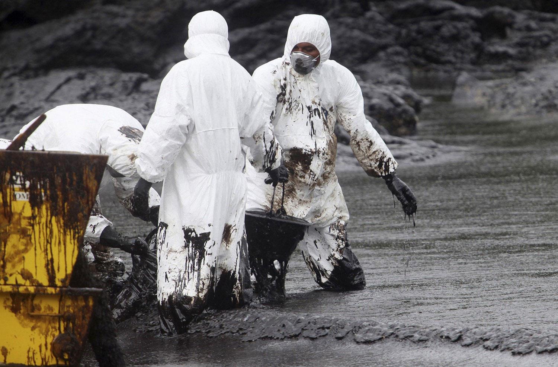 сбор нефти на пляже