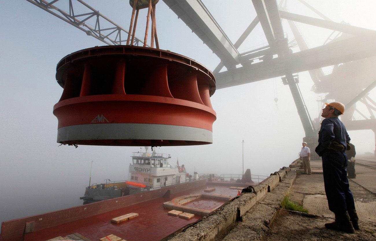 грузовое судно на реке, фото