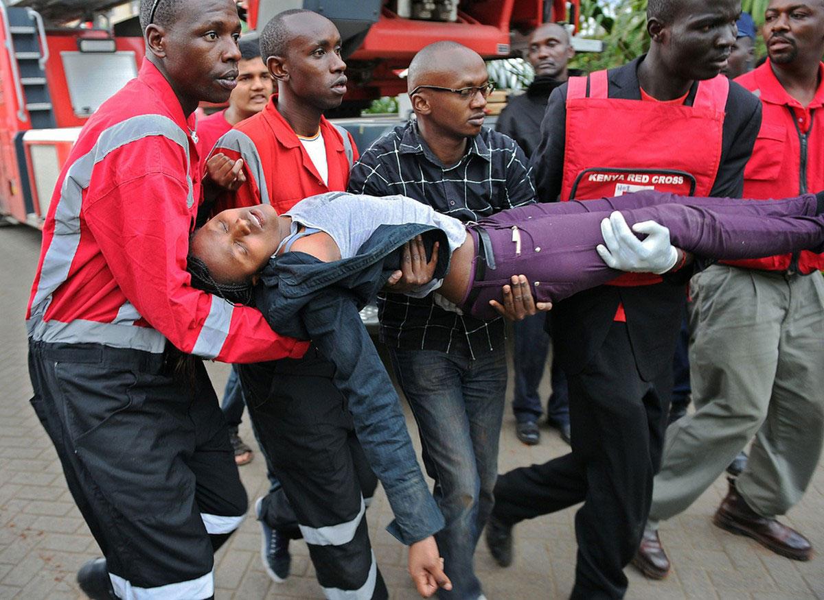 женщину переносят в карету скорой помощи