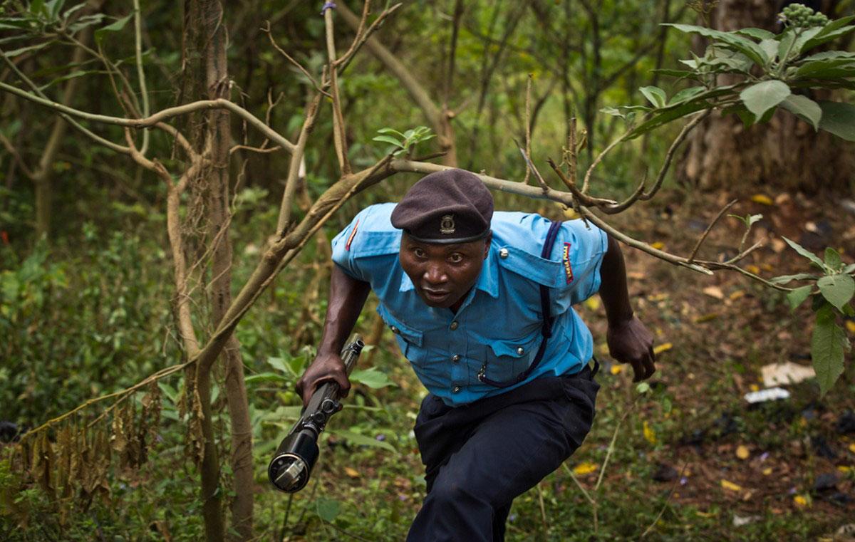 полицейский убегает от взрыва