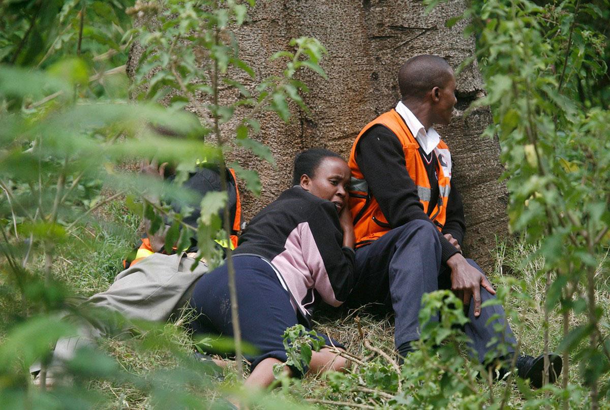 люди прячутся за деревьями