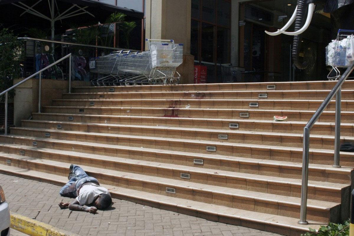 убитый мужчина на лестнице