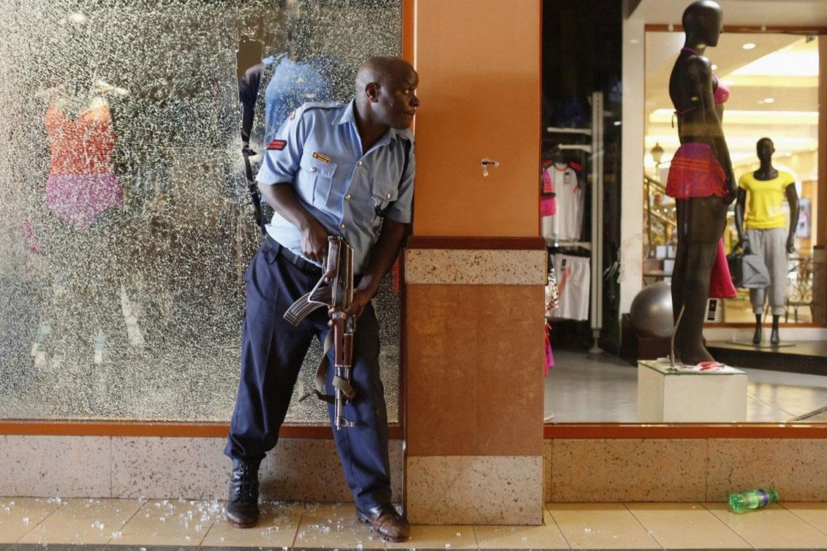 полицейский у разбитой витрины