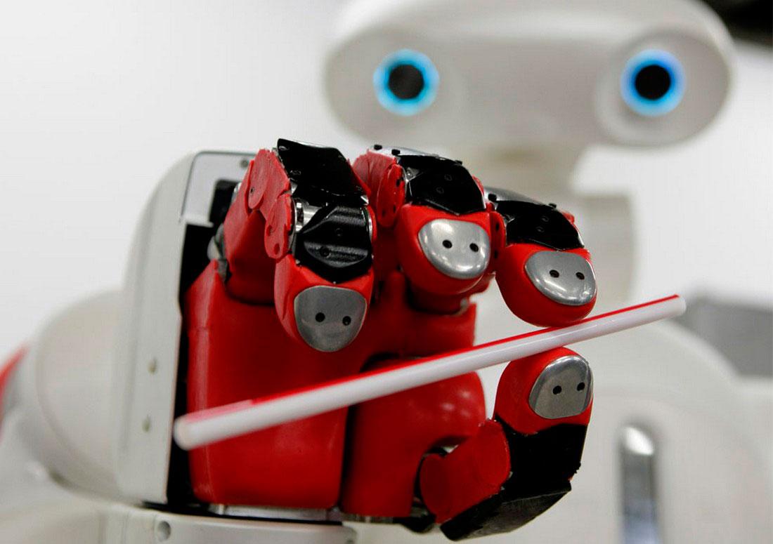 робот маневрирует соломинкой, фото