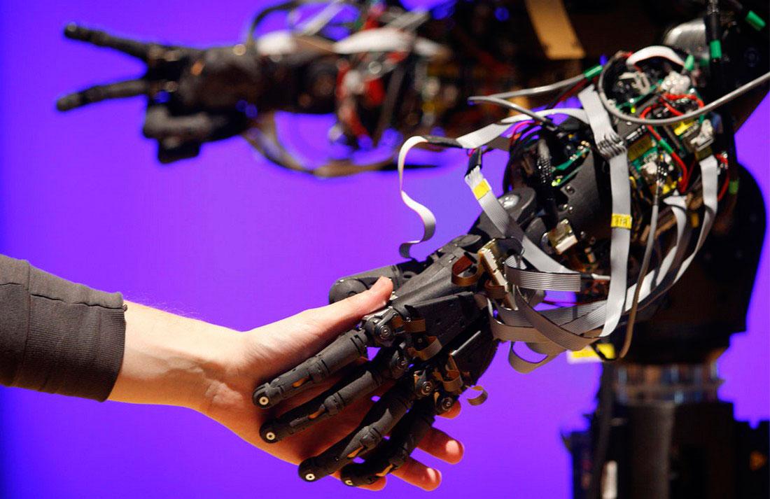 Робот-гуманоид с человеческий рост, фото