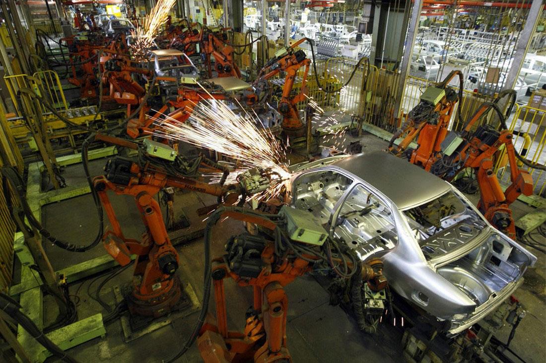 робот делает автомобиль, фото