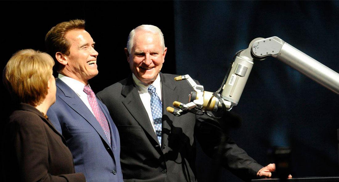на презентации роботизированной руки, фото