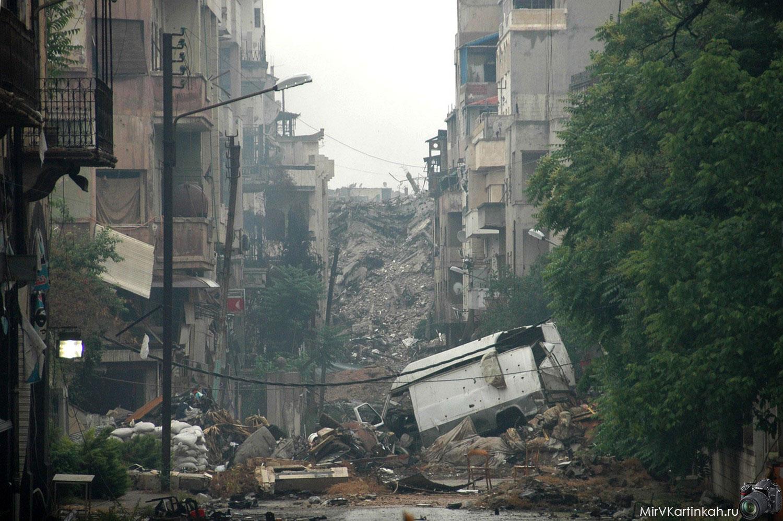 Горы мусора и разрушенные здания