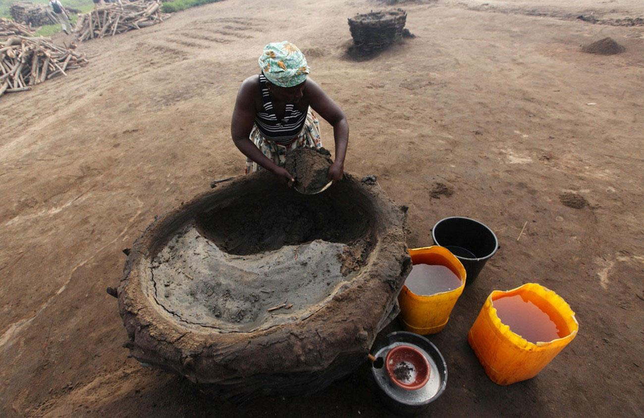 женщина копается в земле