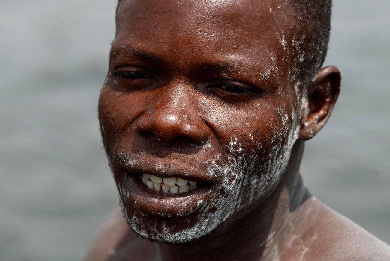мужчина добывающий соль