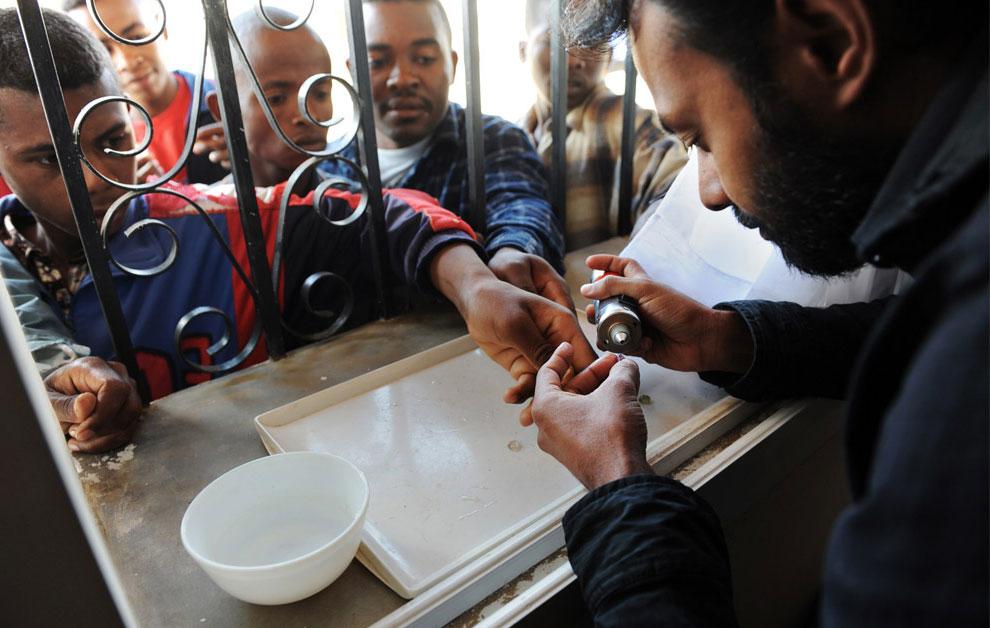 Покупатель осматривает сапфиры, фото