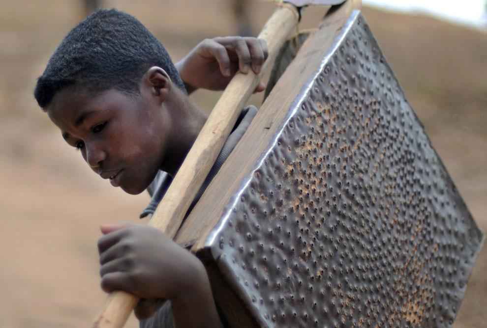 мальчик помогает родителям на руднике, фото