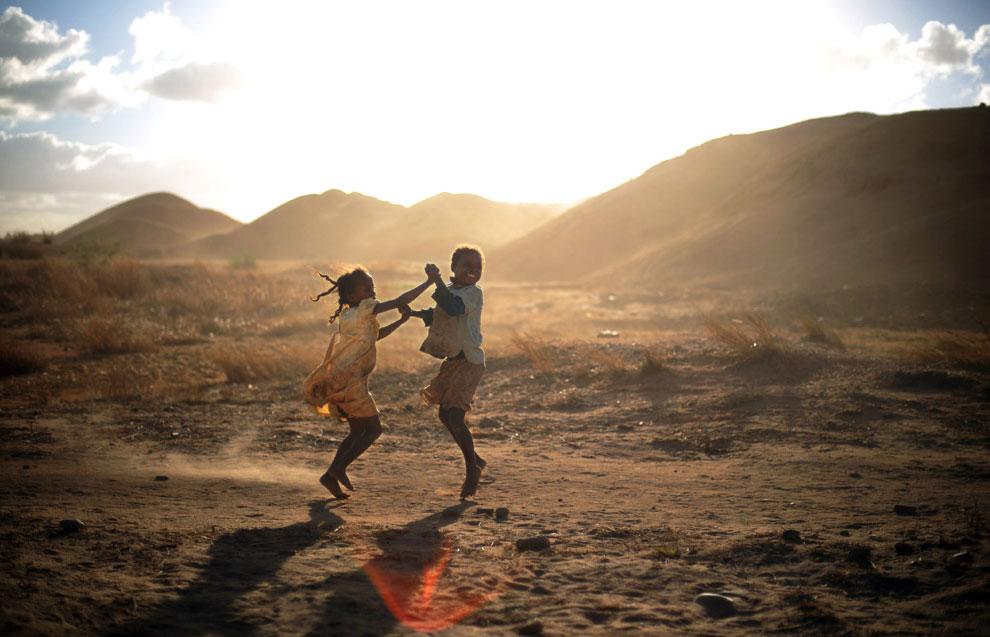 дети танцуют на шахте, фото