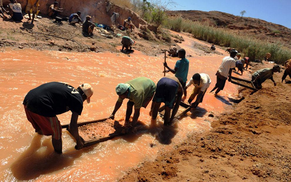 шахтеры просеивают гравий, фото