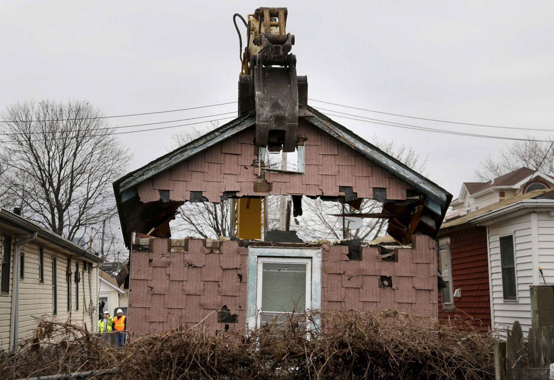 снос одного из жилых домов в районе Статен-Айленд, фото