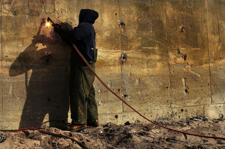 ремонтные работы поврежденной суперштормом Сенди стены, фото