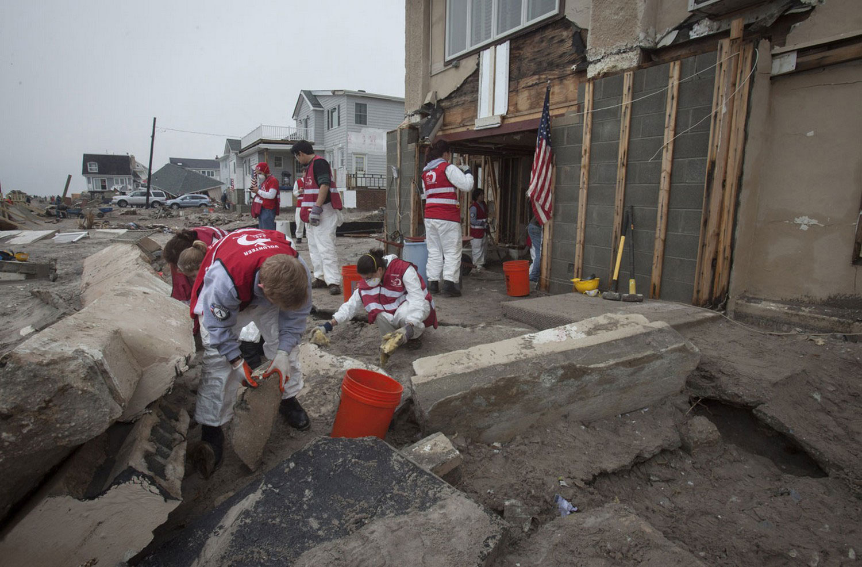 Добровольцы помогают в уборке территорий, Нью-Йорк