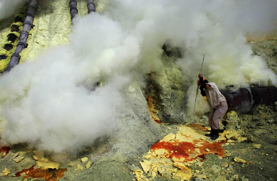 извлечение серы из трубы, фото Индонезия