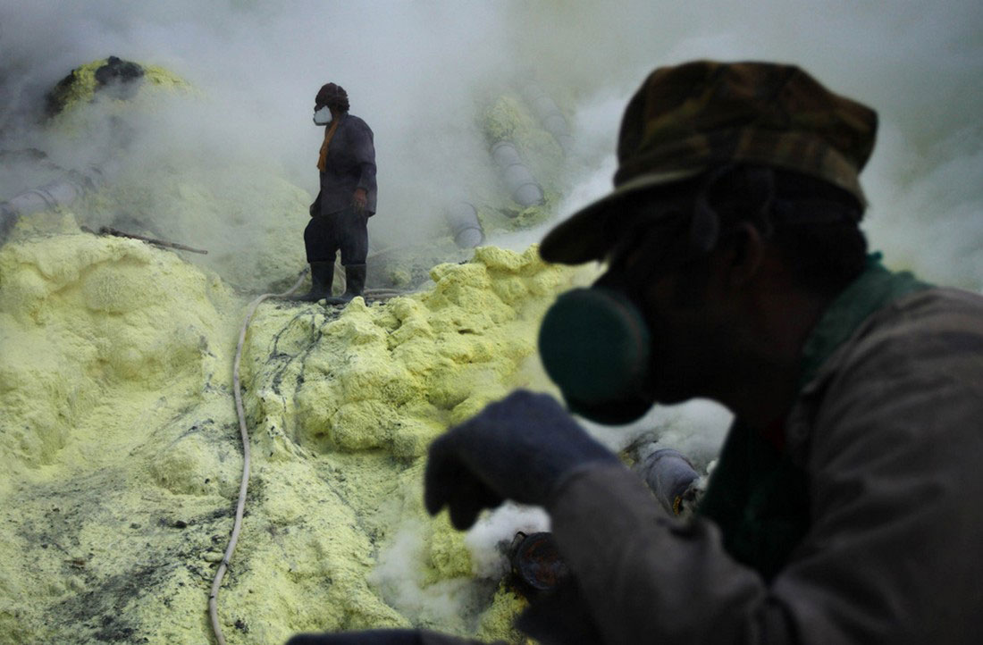 починка труб в кратере вулкана, фото