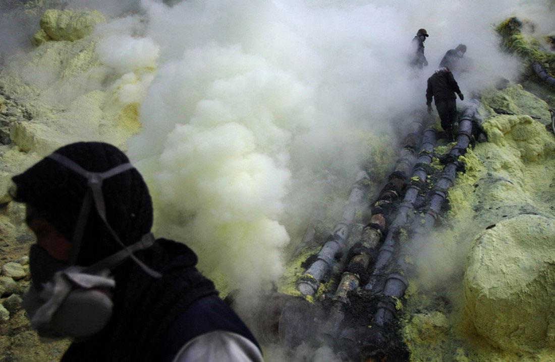 сернистый газ в трубе, фото вулкана в Индонезии