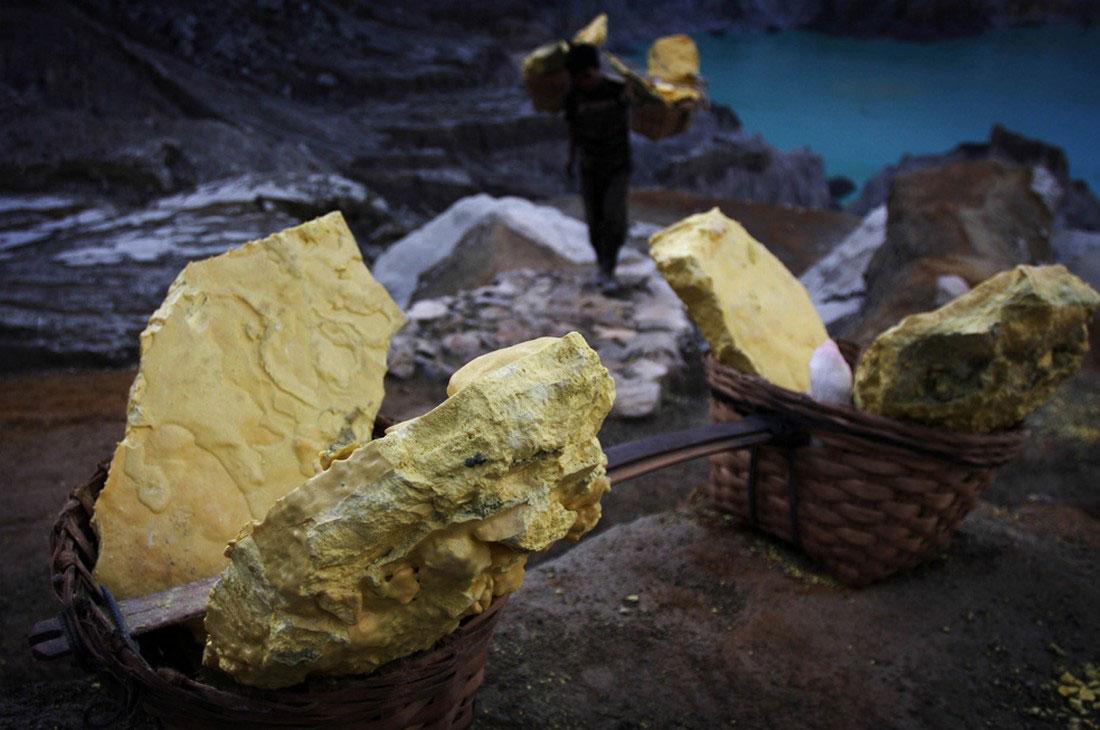 корзины с серой из вулкана, фото
