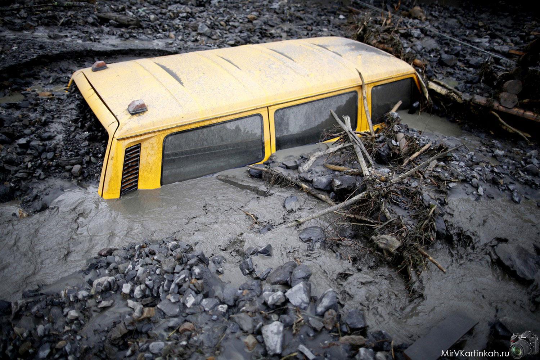 Микроавтобус увяз в грязи
