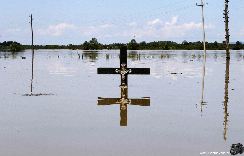крест в воде