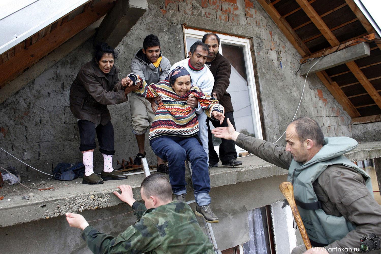 солдаты эвакуируют людей