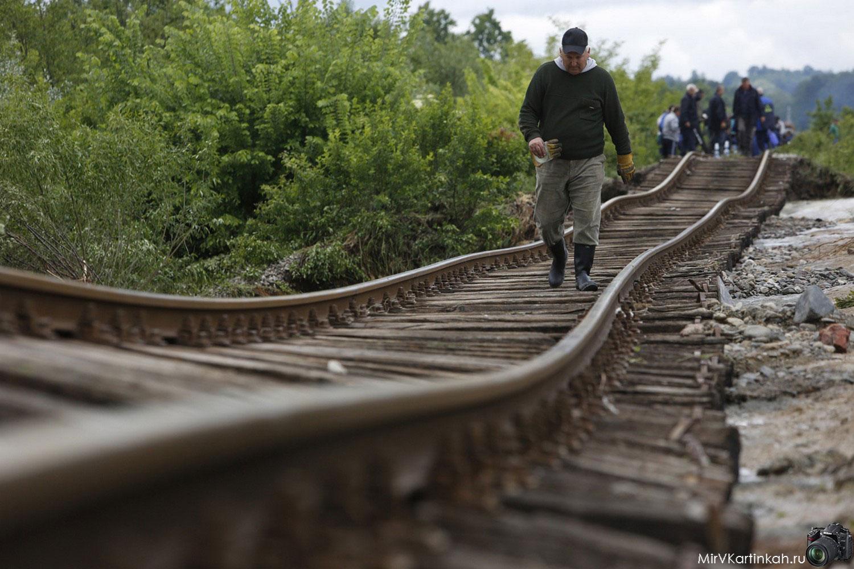 поврежденные железнодорожные пути