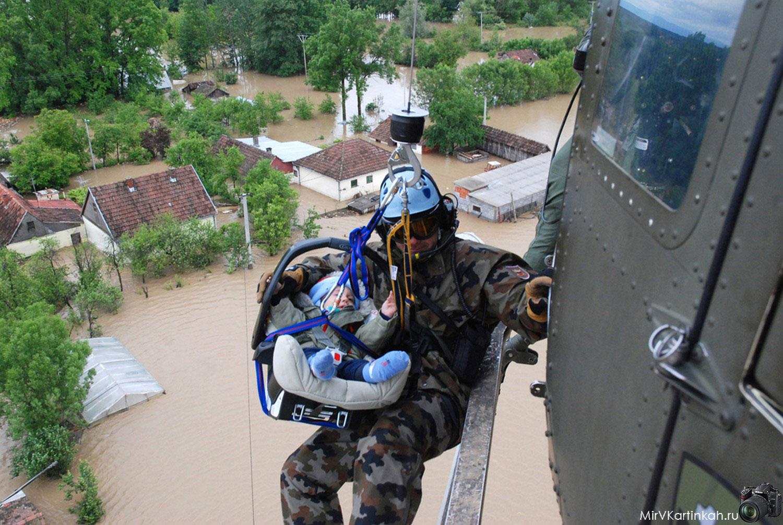 ребенка поднимают на борт вертолета