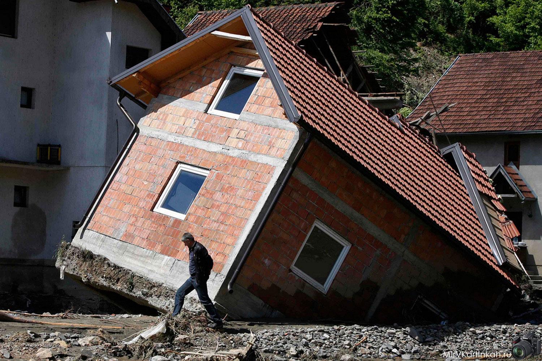 завалившийся жилой дом