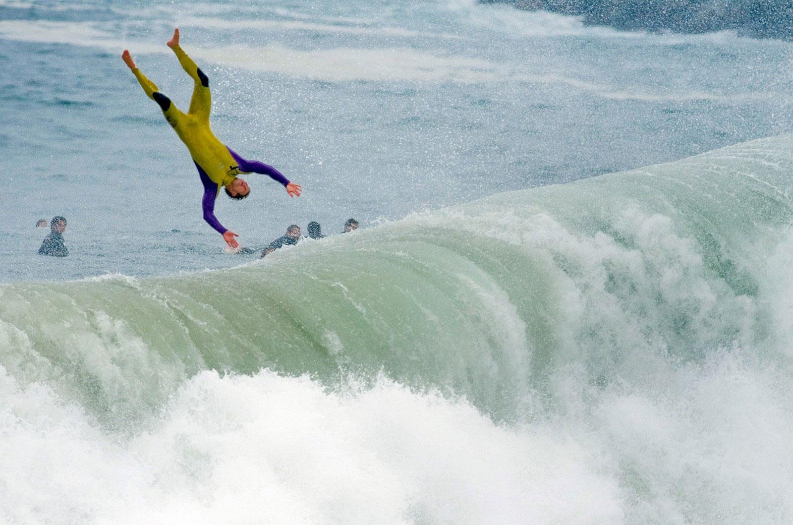 Падение серфингиста с доски