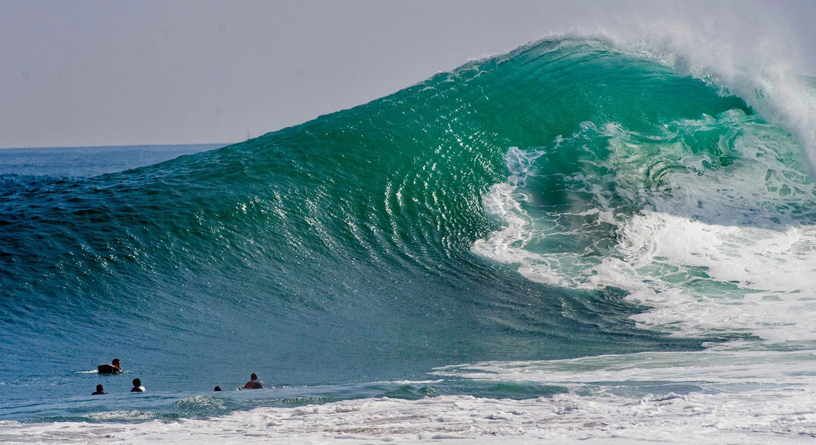 волны у берегов Ньюпорт Бич