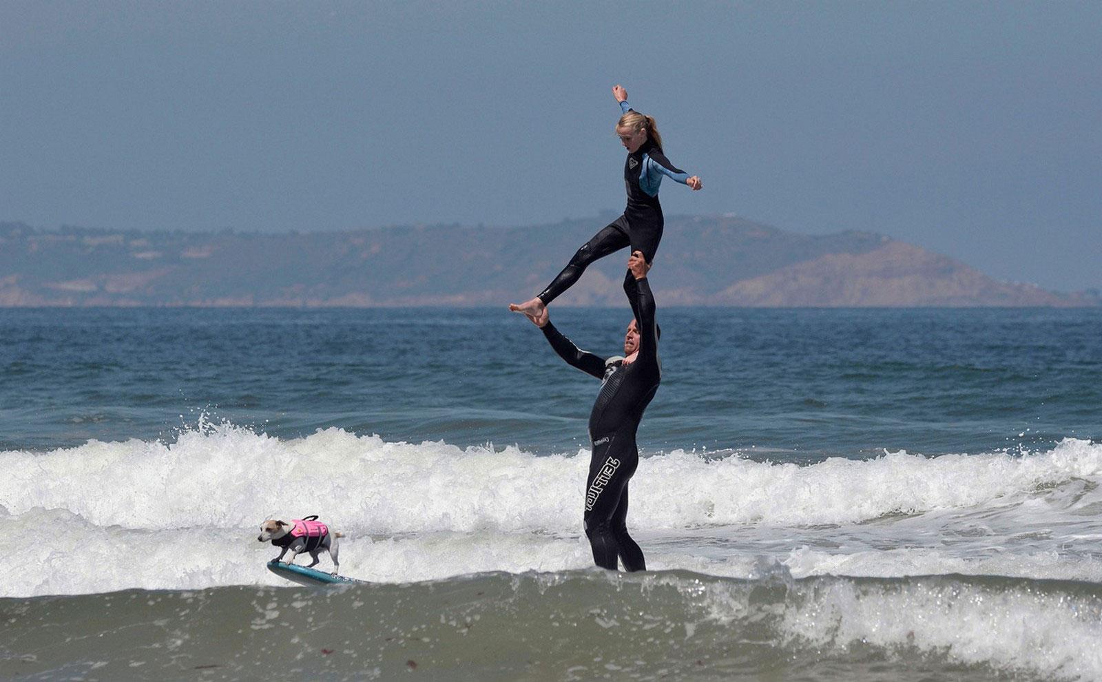 отец с дочерью на волнах