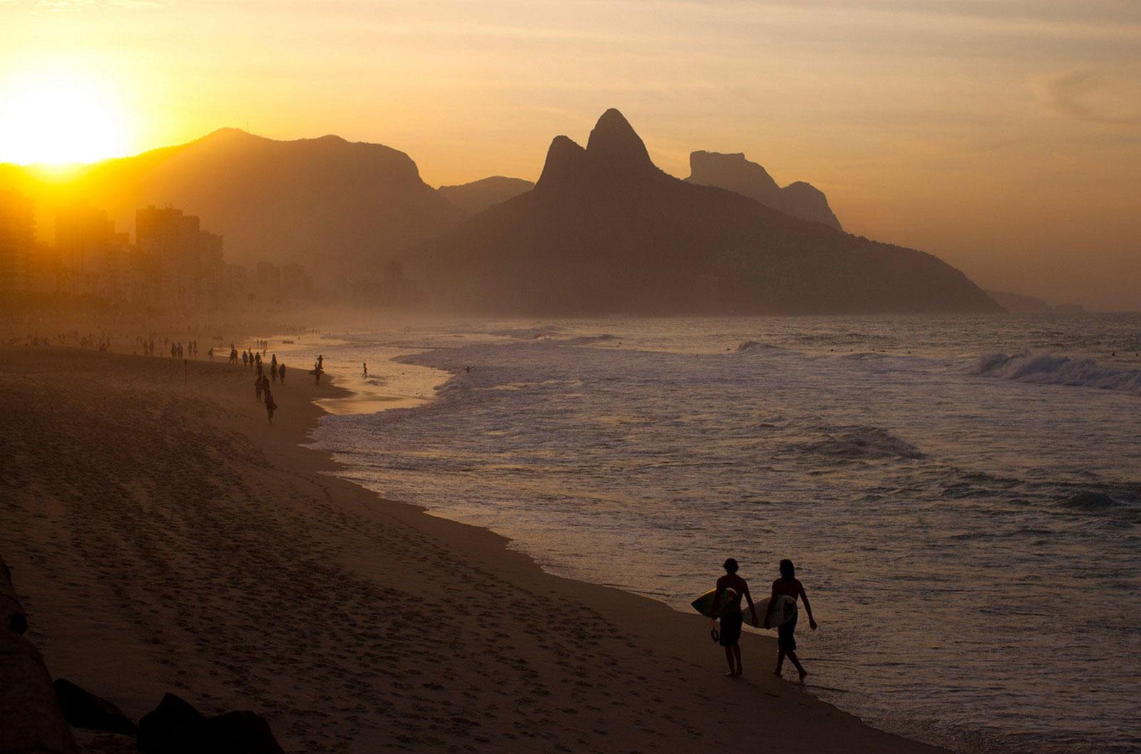 Серферы на берегу пляжа